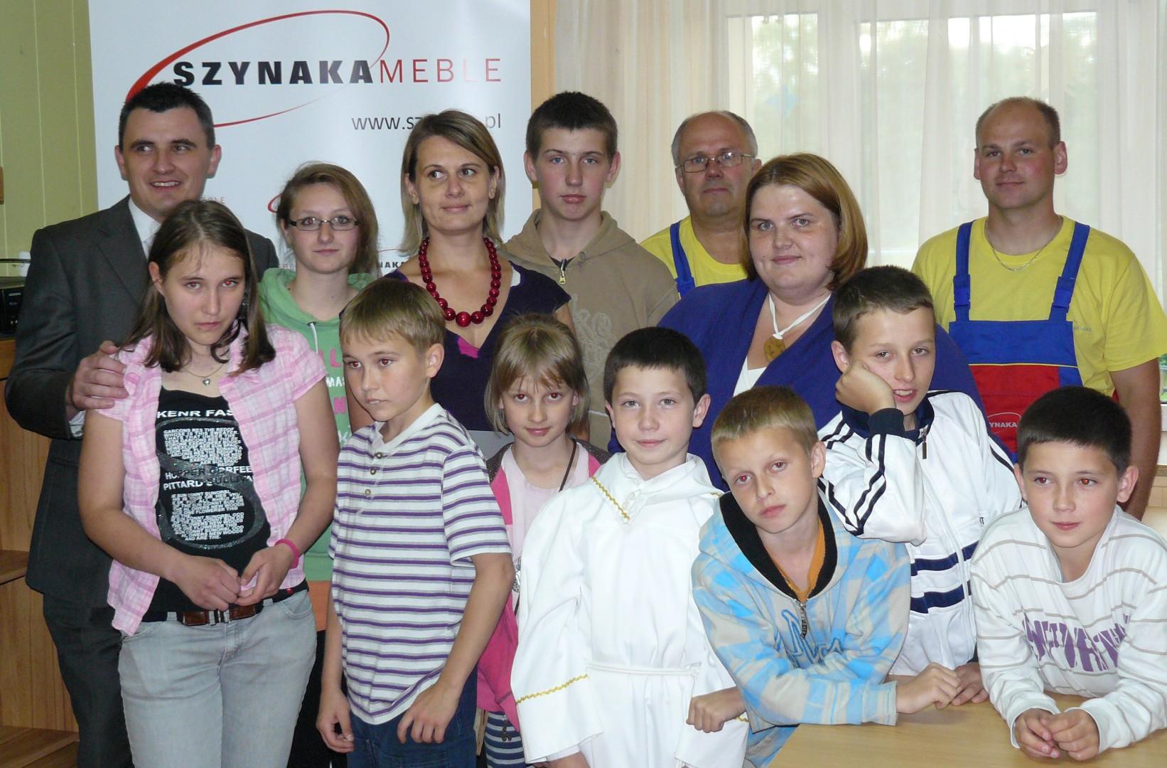 Wychowankowie Domu Dziecka w Supraślu z opiekunkami i pracownikami firmy Szynaka Meble.