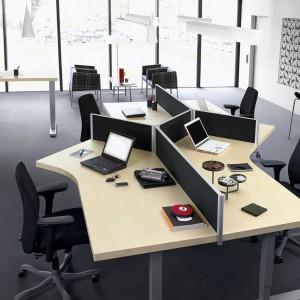Przestronne biurka i dopasowane ścianki z Serii F dają możliwość stworzenia komfortowego miejsca pracy dla kilku osób. Fot. Kinnarps
