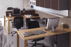 Biuro w jasnych barwach i dobrym świetle