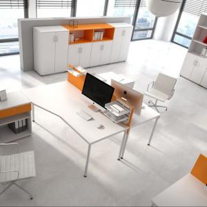 System Opty zapewnia swobodę pracy nawet jeśli w pomieszczeniu siedzi kilka osób. Ścianki działowe zapewniają prywatność, a wyprofilowane biuro swobodną przestrzeń. Fot. Fabryka Mebli Biurowych Maro
