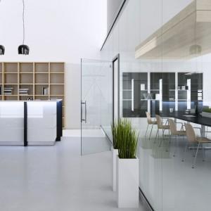 Stół konferencyjny S-Line to obowiązkowy mebel w każdym dużym biurze. Aby nie zmniejszyć przestrzeni, warto wydzielić ją za pomocą szyby. Fot. Fabryka Mebli Biurowych Maro