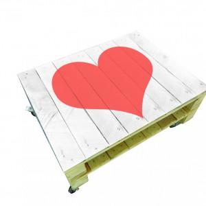 Ława wykonana z drewnianych palet. Na blacie namalowane czerwone serce. Fot. pakamera