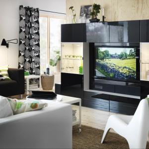 Meblościanka, która jest jednocześnie witryną, szafką do przechowywania oraz meblem RTV. Fot. IKEA