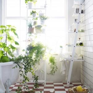 Półki z drabiny do doskonały mebel do łazienki. Fot. IKEA