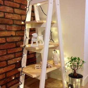 Połączenie bieli z delikatnym, naturalnym kolorem drewna. Wariacji na temat koloru takiej półki może być wiele. Fot. Fabryka Palet