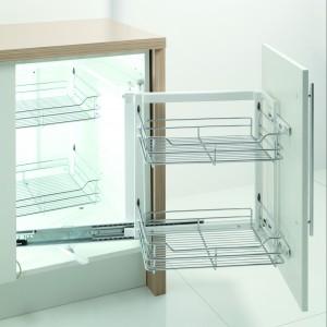 """""""Corner Front"""" jest przeznaczony do szafek narożnych o szer. 900 mm. Jego ładowność wynosi od 20 do 35 kg. Wyposażony w prowadnice pełnego wysuwu z miękkim dociąganiem. Fot. Rejs"""