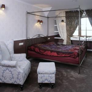 Rama nad łóżkiem może stanowić dobry stelaż do zawieszenia baldachimu. Fot. Archiwum