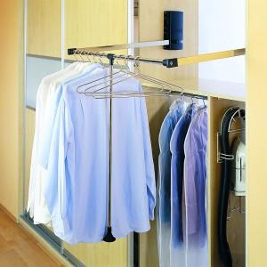 Przy projektowaniu garderoby ważne są także sprytne elementy jej wyposażenia. Fot. Archiwum