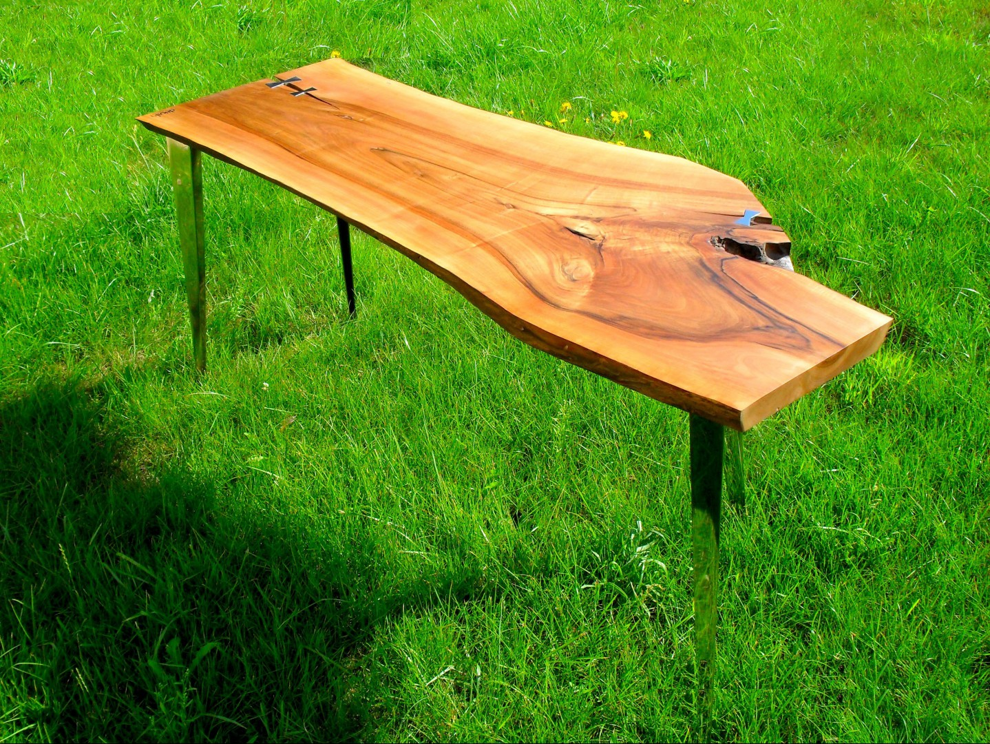 Stół Devills Furniture, wykonany z zachowanej, szerokiej drewnianej deski z pęknięciami. Widoczne piękne słoje nawiązują do natury. Fot. archiwum projektanta