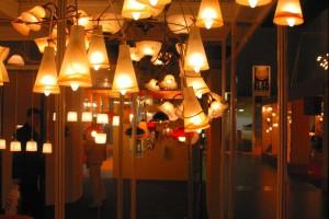 Lampy w polskich salonach meblowych - świetlana przestrzeń
