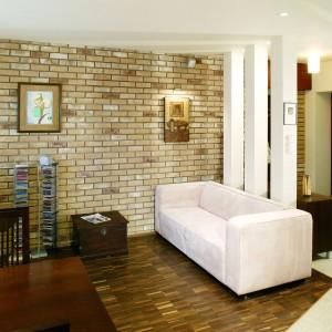 Salon charakteryzuje się ścianą z cegieł. Fot. Archiwum.