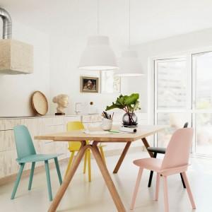 Krzesła w różnym kolorze przy jednym stole to ciekawy pomysł. Pastelowy róż prezentuje się w tym zestawieniu znakomicie. Fot. Muuto