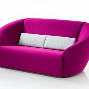 Sofa Avec plaisir w fuksjowym odcieniu. Fot. Bruhl