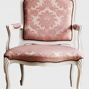 Fotel w obiciu z żakardowej tkaniny, w kolorze pudrowego różu. Fot. Showroom Deco Styl