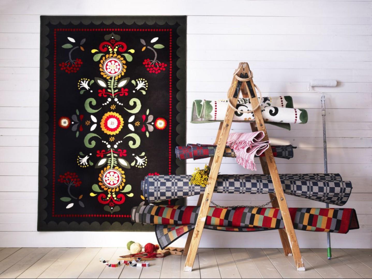 Jeśli nie chcemy stosować detalu folk na meblach, można położyć na podłodze dywan z tym motywem. Można go szybko wymienić jeśli znudzi się nam ten wzór. Fot. IKEA