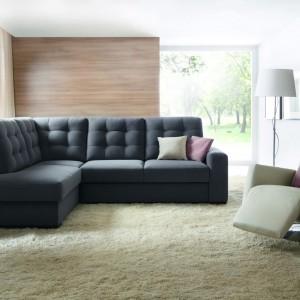 Narożnik Bravo. Ergonomiczne proporcje, ale także oryginalny design, podkreślają efektowne, pikowane poduszki oparciowe. Fot. Wajnert