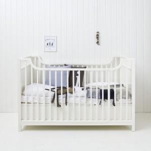 Piękny, prosty skandynawski styl łóżeczka marki Oliver Furniture. Fot. Mofflo