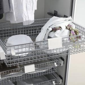 Szuflady także można wysuwać poza korpus szafy. Na zdjęciu system do garderoby marki Rejs. Fot Rejs
