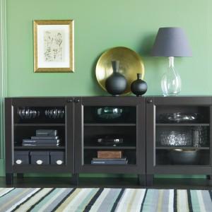 Meble modułowe, proponowane kombinacje z serii BESTÅ, to idealna forma mebli do salonów i sypialni dla osób niepełnosprawnych. Fot. IKEA