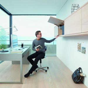 Meble biurowe wyposażone w akcesoria, tj. podnośniki do frontów uchylnych. Fot. Blum.
