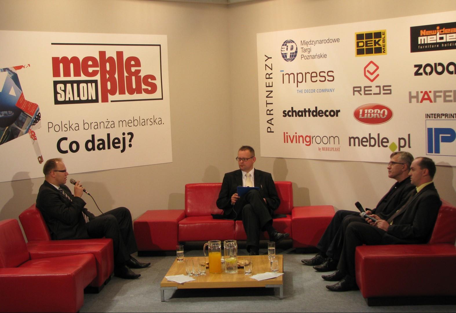 """Czwartkowa dyskusja o branży meblowej, która odbyła się na ekspozycji miesięcznika """"Meble Plus"""", podczas targów """"Meble 2009"""" w Poznaniu. Fot. archiwum"""