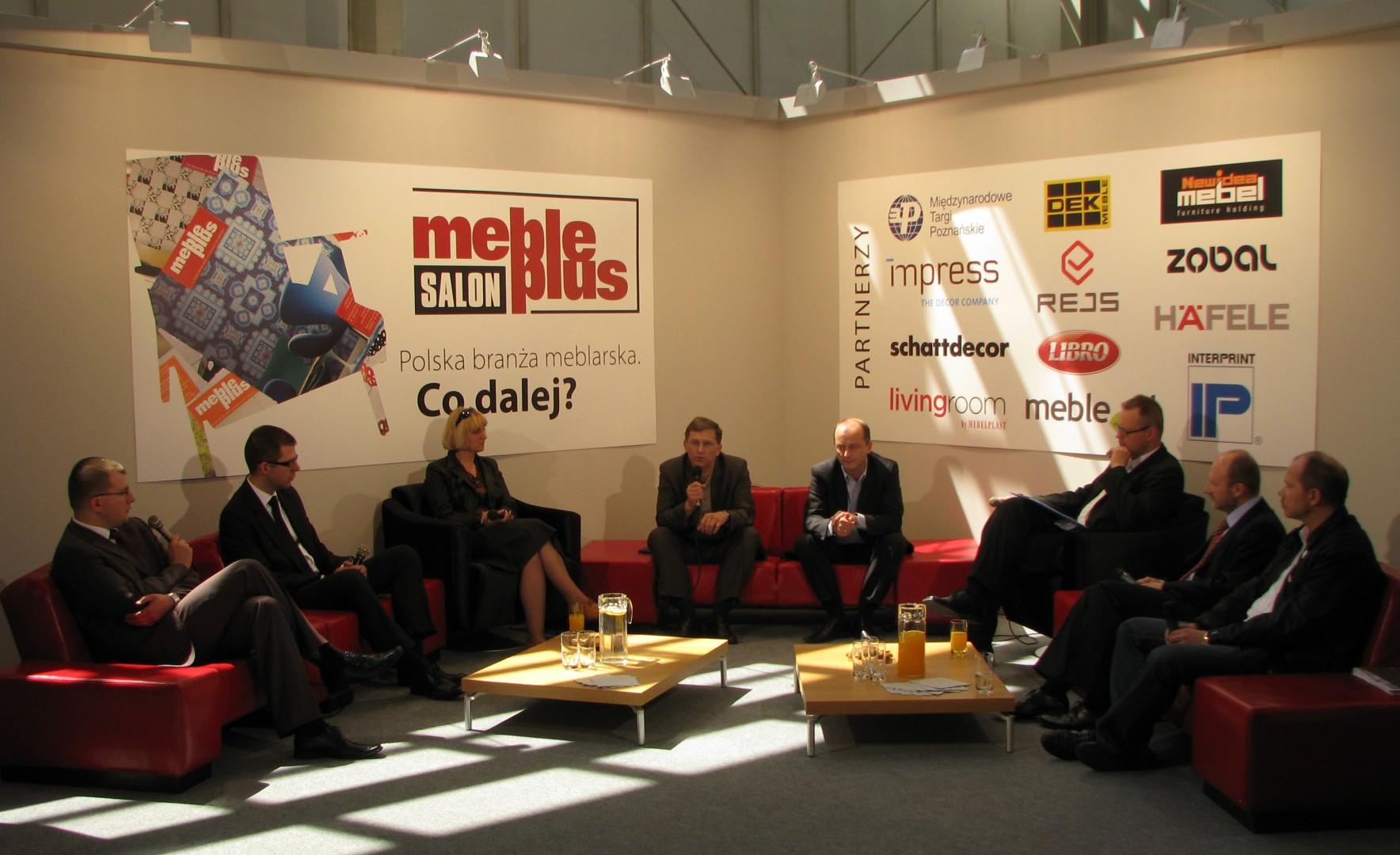 """""""Róbmy swoje!"""" - to wniosek z burzliwej dyskusji, którą zorganizowała redakcji miesięcznika """"Meble Plus"""" w Poznaniu w 2009 r. Fot. archiwum"""