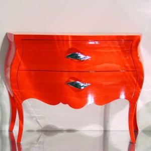 Czerwona, lakierowana komoda to ciekawy dodatek w salonie. Fot. Archiwum