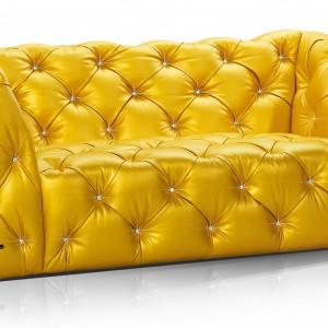 Sofa Marilyn charakteryzuje się gęstym pikowaniem oraz ozdobnymi guzikami-kryształkami. Fot. Bretz.
