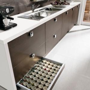 Szuflada cokołowa pozwoli na wykorzystanie dolnej części zabudowy kuchennej. Fot. Nolte