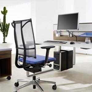 Fotel Sail marki Grammer Office. Smukły i elastyczny projekt oparcia, które uczestniczy w każdym ruchu użytkownika, zapewnia również niezbędne podparcie boków. Krzesło wyposażone zostało w opatentowany mechanizmem Glide-Tec, który umożliwia użytkownikowi swobodne poruszanie się w trakcie pracy. Fot. Grammer Office