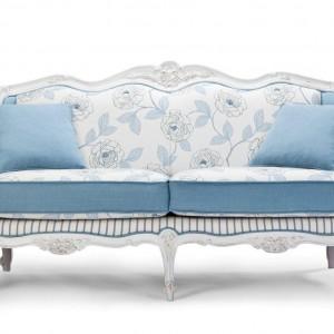 Pełna uroku sofa Oleander w bieli i błękicie. Fot. Exedra