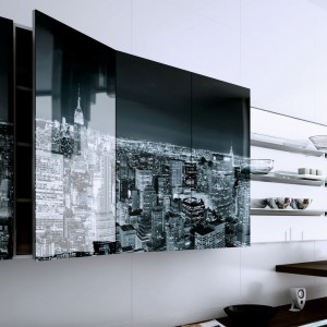 Szklane fronty z nadrukiem mogą nadać charakter całkiem zwyczajnej kuchni. Fot. Zobal