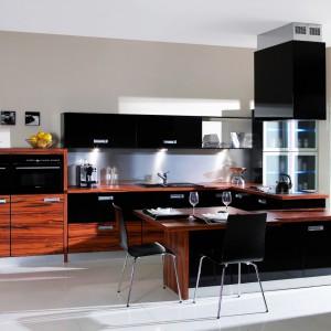 """Nowoczesny układ kuchni """"Tigre"""" zaprojektowanej dla firmy Meblobuk, to proste formy i modne połączenie lakieru w połysku z wyrazistą okleiną. Fot. Archiwum"""