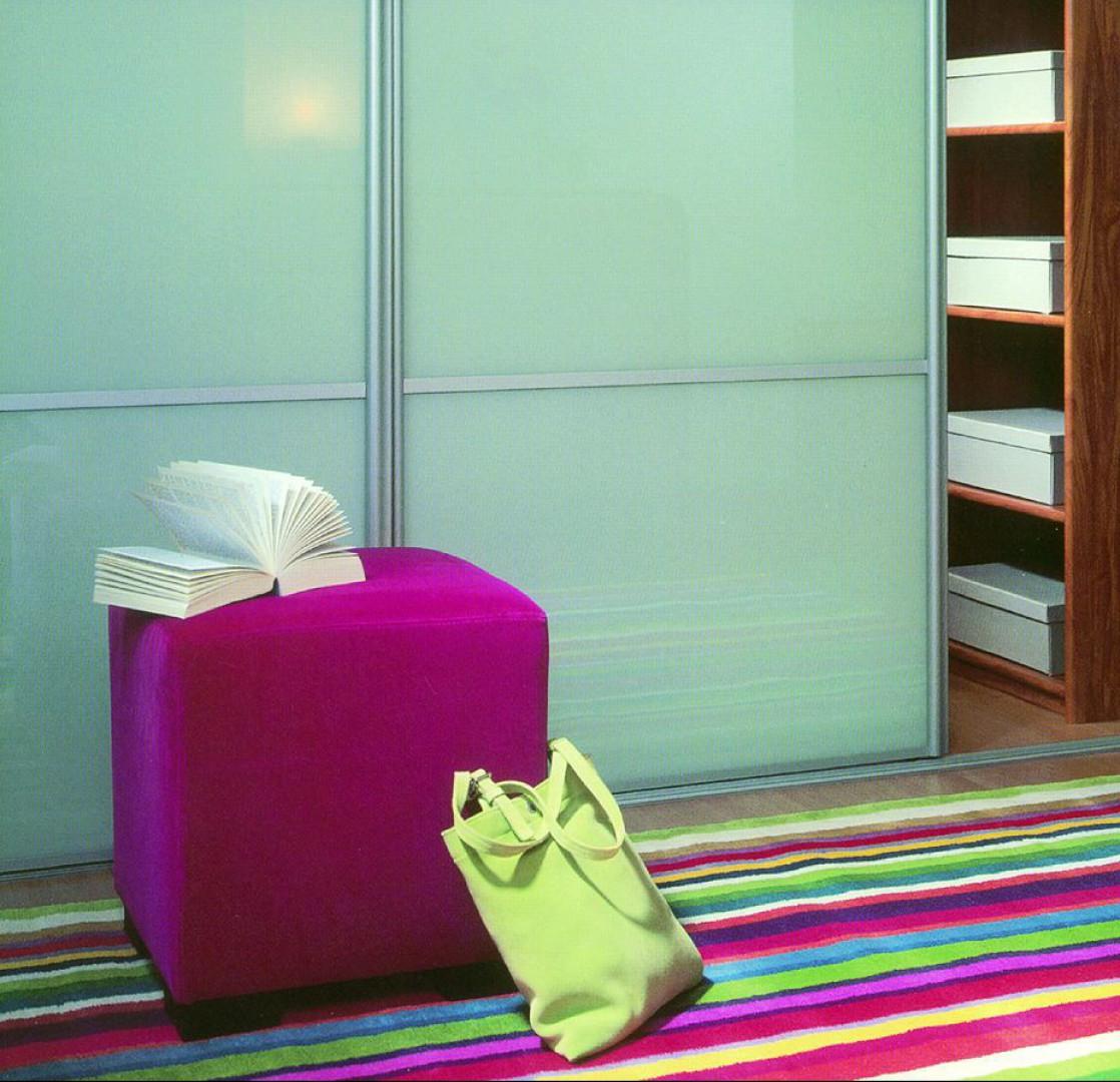 Delikatna zieleń na szkle firmy Glaverbel stanowiącym wypełnienie drzwi przesuwanych garderoby. Fot. Archiwum.