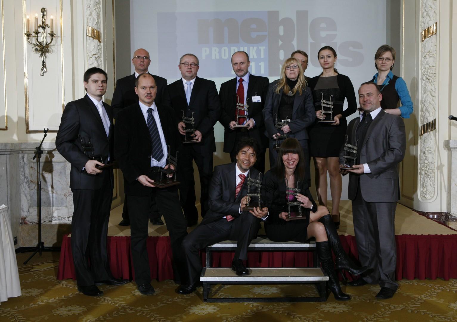 """Przedstawiciele firm, które otrzymały statuetki """"Meble Plus - Produkt 2011"""". Fot. Bartosz Jarosz"""