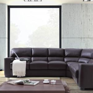 Duża sofa narożna Scarlet firmy Caya Design będzie dobrze wyglądała w przestronnym salonie. Fot. Caya Design