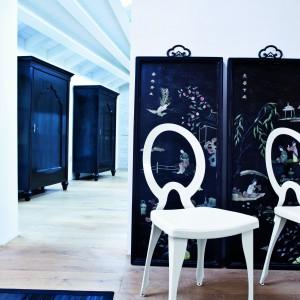Revolution to krzesło o podstawie chromowanej lub malowanej na kolor biały, z metalowym oparciem. Fot. Italia Style