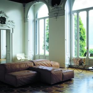 Luksusowa sofa w skórze naturalnej Extrasoft marki Noti. Fot. Noti