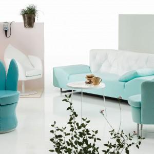 Kwiatowe fotele tym razem w błękicie. Fot. Bruhl