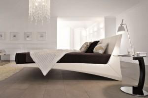 Łóżko na nietypowych nogach - 15 propozycji