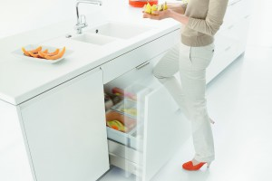 Meble w kuchni. Funkcjonalne kosze do segregacji śmieci