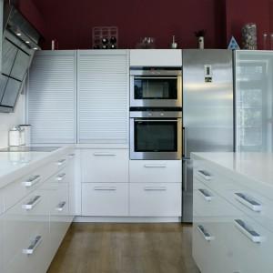 Biała kuchnia na wysoki połysk marki Kuchnie Imar. Połysk idealnie komponuje się z nowoczesnymi sprzętami AGD w kolorze aluminium. Fot. Kuchnie Imar
