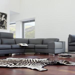 Sofa Genesis firmy Bizzarto tapicerowana skórą. Fotel na jednej nodze i pikowane boki dodają elementom elegancji. Fot. Bizzarto