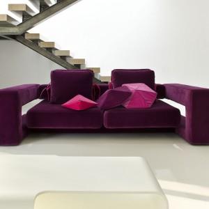 Sofa Bibik marki Noti została pokryta tapicerką w nasyconym odcieniu fioletu. Projekt. Renata Kalarus Fot. Noti
