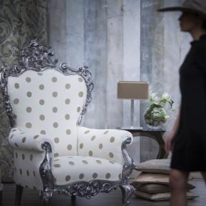 Fotel w ludwikowskim stylu. Tapicerka w groszki dodaje mu kobiecego szyku. Fot. Decobel