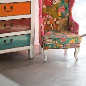 Fotel Bazar firmy Kare Design charakteryzuje się patchworkową, kwiecistą tapicerką. Fot. Kare Design