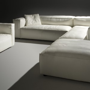 Summer marki Caya Design to modułowa sofa, która daje wiele możliwości ustawienia w salonie. Dzięki temu można ją dopasować do własnych potrzeb. Fot. Caya Design
