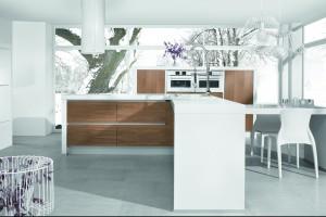 """Kuchnia """"Piano"""" - trio bieli, drewna i czystej formy"""