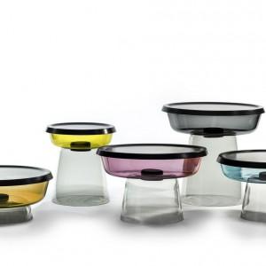 Designerskie stoliki wyglądające jak kolorowe pojemniczki. Projekt: Lucie Koldova.