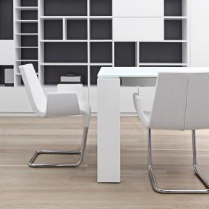 O uroku tej jadalni stanowią przede wszystkim krzesła na metalowych płozach i charakterystyczna, szeroka noga stołu. Fot. Bonaldo